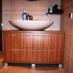 1 meble łazienkowe z frontami ze szkła i aluminium szafka pod zlewem z szufladą