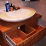 2 meble łazienkowe z frontami ze szkła i aluminium szafka pod zlewem z szufladą