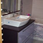 1 meble łazienkowe wykończone szkłem i aluminium szafka pod zlewem