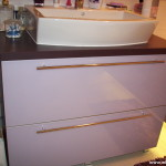 10 meble łazienkowe wykończone szkłem i aluminium szafka pod zlewem