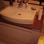 11 meble łazienkowe wykończone szkłem i aluminium szafka pod zlewem