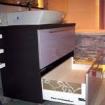 12 meble łazienkowe wykończone szkłem i aluminium szafka pod zlewem