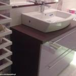 13 meble łazienkowe wykończone szkłem i aluminium szafka pod zlewem