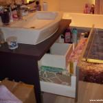 15 meble łazienkowe wykończone szkłem i aluminium szafka pod zlewem