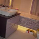 3 meble łazienkowe wykończone szkłem i aluminium szafka pod zlewem