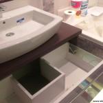 4  meble łazienkowe wykończone szkłem i aluminium szafka pod zlewem