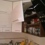 8 meble kuchenne w nowoczesnym stylu szafki górne z uchylnymi drzwiami