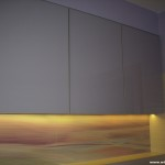 9 meble łazienkowe wykończone szkłem i aluminium szafki górne ze zintegrowanym oświetleniem